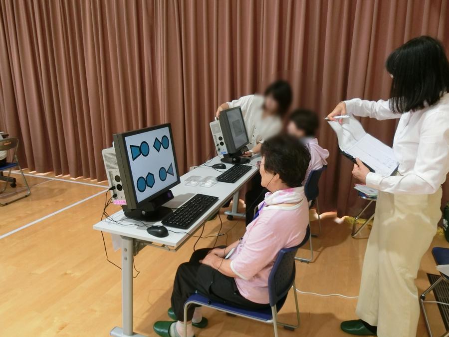 医学系研究科スタッフによる「視線による認知機能検査」の様子